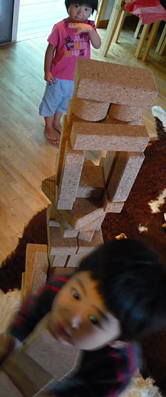 子ども達コルク積み木遊び